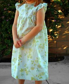 Love this free pattern & tutorial for vintage pillowcase nightgowns for little girls - Great for summer & so simple & pretty