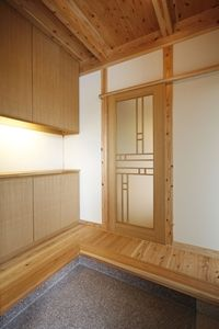 I have said it before but Japanese and art deco are so similar I love them both, this shiny style front door is gorgeous