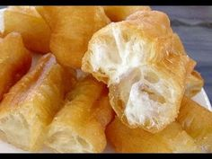 How To Make Fried Chinese Breadstick / 油条 Youtiao Chinese Crullers / Chinese Street Food Asian Snacks, Asian Desserts, Asian Recipes, Chinese Desserts, Chinese Street Food, Chinese Food, Chinese Donuts, Kaya, Cambodian Food