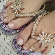 Unhas dos pés com cores e eamaltes perfeitos Decorating Flip Flops, Wedding Night Lingerie, Beaded Shoes, Twisted Metal, Manicure Y Pedicure, Hype Shoes, Toe Nail Designs, Toe Nails, Beautiful Shoes