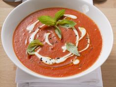 Tomatensuppe herstellen Making tomato soup is a recipe with fresh ingredients from the category soups. Try this and other recipes from EAT SMARTER! Healthy Grilling, Healthy Cooking, Healthy Food, Soup Recipes, Vegan Recipes, Dinner Recipes, Clean Eating Challenge, Vegan Soup, Recipe Today