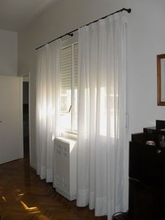cortina de gasa blanca con detalles de fantasa con costura en el cabezal de tabln