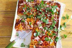 Handig: de basis zit al in de pizzakit. Wat tonijn, groente en kaas erbij, en klaar is pizza! - Recept - Allerhande Calzone, Quiche, Lunch Wraps, Quick Easy Meals, Vegetable Pizza, Italian Recipes, Pasta Recipes, Cravings, Kitchen