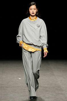 MBFW Madrid OI 2017/2018 Menchén Tomàs Pantalón sastre con sudadera con apliques gris y amarillo Winter 2017, Fall Winter, Aw17, Madrid, Mercedes Benz, Runway, Normcore, Style, Fashion