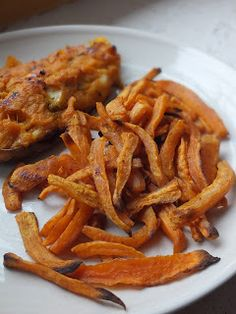Baked sweet potato fries with vegan chipotle ranch. easy crisp sweet potato fries served with Vegan Appetizers, Vegan Snacks, Appetizer Recipes, Ranch Potato Recipes, Sweet Potato Recipes, Vegan Chipotle, Chipotle Ranch, Vegetable Dishes, Vegetable Recipes
