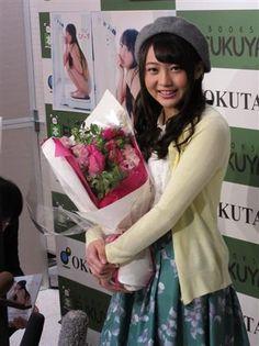 初の写真集「ぴーす」の発売記念イベントを行ったAKB48の木崎ゆりあ。19歳を祝う花束を手に笑顔=東京・新宿 ▼11Feb2015サンスポ 木崎ゆりあ、脱おバカ宣言の第一声「イエス、ウィーキャン」 http://www.sanspo.com/geino/news/20150211/akb15021111330003-n1.html #木﨑ゆりあ #木崎ゆりあ #Yuria_Kizaki #AKB48