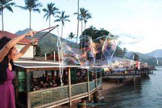 Intervenções circenses ao ar livre com Bolhas Gigantes no evento Ilha Bela Sunset, São Paulo. Contate-nos humorecirco@gmail.com (11) 97319 0871 (21) 99709 6864 (73) 99161 9861 whatsapp. Opera House, Humor, Building, Travel, Giant Bubbles, Island, Outdoors, Sao Paulo, Events