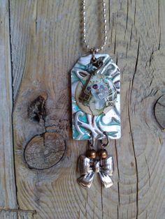 Collana con placchetta alluminio embossata patinata e levigata più charms e sticker londinese