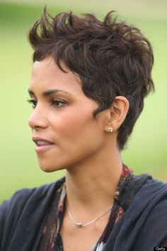 Halle Berry Photos - Halle Berry attends the Halle Berry celebrity golf classic with Grey Goose at Wilshire Country Club on April 2011 in Los Angeles, California. - Halle Berry Celebrity Golf Classic With Grey Goose Halle Berry Hairstyles, Pixie Hairstyles, Celebrity Hairstyles, Cool Hairstyles, Famous Hairstyles, Halle Berry Short Hair, Halle Berry Pixie, Hally Berry, Coiffure Hair