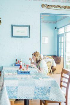 アイスブルーの涼しげな色で統一された「Moke's Bread & Breakfast」の店内。テーブルクロスもブルーでキュート