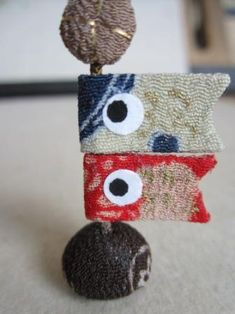 ちりめん遊び うさぎ Japanese Art, Kids And Parenting, Sewing Projects, Coin Purse, Character Design, Arts And Crafts, Kawaii, Bows, Christmas Ornaments