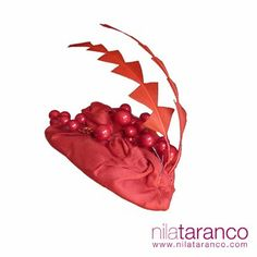 Tocado de invitada Rojo Frutos, seda salvaje drapeada con frutos rojos brillantes y plumas recortadas Inspiración en San Valentín...  Headdress: San Valentine Inspiration