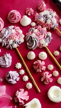 Meringue lollipops and simple meringue to taste or decorate cakes Meringue Pavlova, Meringue Desserts, Meringue Cookies, Vegan Meringue, Strawberry Meringue, Meringue Frosting, Meringue Powder, Meringue Pie, Lollipop Cookies