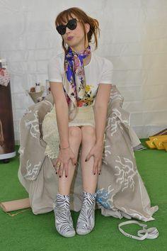 Chiara Francini, sguardo da vamp e Akkua R'Evolution ai piedi. #Venezia71 #sneakers #barefoot #ilovebarefoot #style #fashion