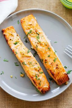 Oven baked salmon served on a plate. Spicy Tuna Recipe, Best Salmon Recipe, Spicy Shrimp Recipes, Baked Salmon Recipes, Honey Recipes, Fish Recipes, Seafood Recipes, Cooking Recipes, Cooking Fish