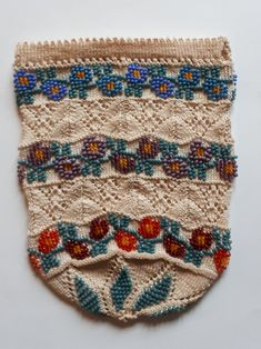 Reticule knitted with antique beads. And ajour knitting. Made by Tineke Nieuwenhuijse-Taal Crochet Bags, Knit Or Crochet, Purses 2014, Beaded Purses, Hand Bags, Knitting, Antiques, How To Make, Vintage