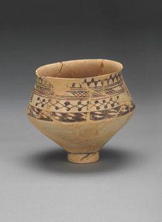 Tepe Giyan V   Vase caréné à décor géométrique  Début du IVe millénaire avant J.-C., période D  Terre cuite peinte  Département des Antiquités orientales AO 16124