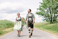 Silke Hufnagel - Hochzeitsfotografie in Aschaffenburg und Umgebung - fröhliches Hochzeitspaar in Tracht