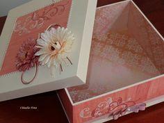 Caixa em MDF 25x25 decorada com flores, carimbo de arabesco e pérolas. Parte interna revestida com papel de scrap. Pezinho de madeira.
