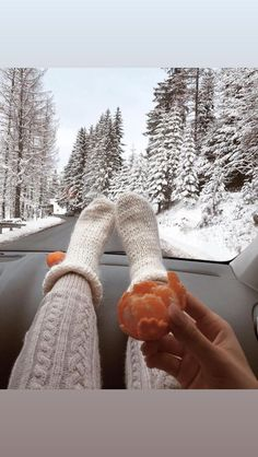 Christmas Feeling, Cozy Christmas, Image Princesse Disney, Shotting Photo, Foto Instagram, Winter Pictures, Holiday Pictures, Christmas Aesthetic, Winter Photography