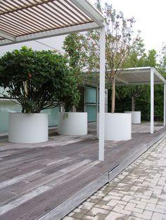 contemporary pergola with clean white planters - Shield - Paola Lenti