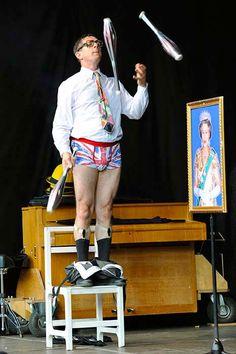 """Herr Schultze und Herr Schröder, die beiden spleenigen Akteure des """"Wall Street Theatre"""", sind Clowns der etwas anderen Art: Statt roter Nasen und bunter Kostüme agieren sie mit Hornbrillen und Nadelstreifen anzügen und wirken dabei britischer als jeder Gentleman aus London."""