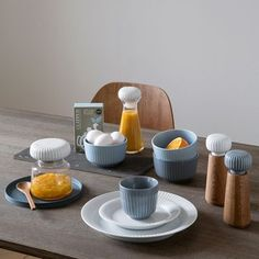 The beautiful Hammershøi tableware appears stable and has a light hovering elegance, and, in combination with the natural colours the individual elements turn into small design wonders in themselves. Kitchenware, Tableware, Dish Sets, Scandinavian Home, Kitchen Styling, Hygge, Simple Designs, Dinnerware, Tea Cups