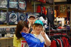 【大阪店】2014.07.25 キャップをお買い上げいただきましたー!!^^お気に入りの一着を見つけて頂けた様子でした^^終始明るくお話頂けたので僕らも非常に楽しかったです!!小顔勝負勝ててますかね?笑また遊びに来てくださいね^^