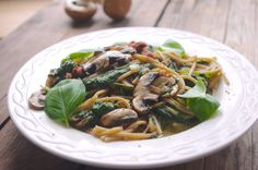 Een gezond en makkelijk recept voor romige spaghetti met spinazie, champignons en spekjes. Zout en Peper is een foodblog met gezonde en makkelijk recepten