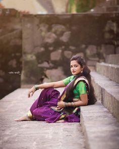 Maharashtrian Saree, Marathi Saree, Indian Photoshoot, Saree Photoshoot, Indian Girls, Indian Art, Kashta Saree, Umbrella Painting, Sexy Painting