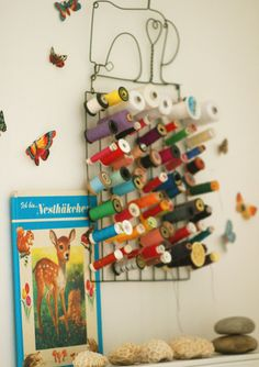 Thread holder {home of Jasna Janekovic} Sewing Hacks, Sewing Crafts, Sewing Projects, Diy Projects, My Sewing Room, Sewing Rooms, Sewing Kit, Art Fil, Thread Holder