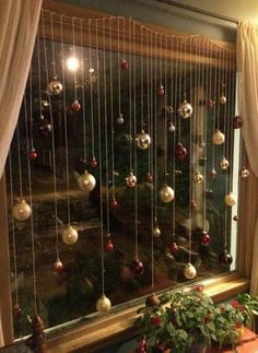 101 Christmas decorations easy and cheap - Christmas Crafts Origin Of Christmas, Noel Christmas, Christmas Ornaments, Christmas Windows, Hanging Ornaments, Christmas Christmas, Wall Christmas Tree, Diy Christmas Lights, Unique Christmas Trees