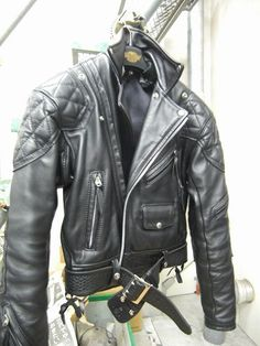 Men's Leather Jackets: How To Choose The One For You. A leather coat is a must for each guy's closet and is likewise an excellent method to express his individual design. Leather jackets never head out of styl Brown Leather Jacket Men, Classic Leather Jacket, Lambskin Leather Jacket, Vintage Leather Jacket, Biker Leather, Leather Men, Black Leather, Leather Jackets, Leather Fashion
