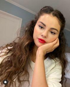 Selena Gomez Fotos, Selena Gomez Cute, Selena Gomez Pictures, Selena Gomez Style, Selena Gomez With Fans, Selena Gomez Bangs, Selena Gomez Outfits, Beautiful Celebrities, Beautiful Actresses