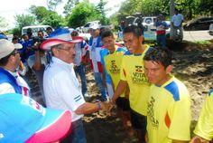 Norman Quijano candidato presidencial por ARENA participó en la inauguración de la cancha de fútbol playa en Playa El Tamarindo.
