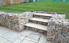Take your patio layout design to the next level with our list of favorite ideas. Whether it is large patios, or fire pits you will find everything you need Gabion Retaining Wall, Landscaping Retaining Walls, Backyard Landscaping, Sloped Backyard, Sloped Garden, Reforma Exterior, Gabion Wall Design, Back Garden Design, Garden Levels