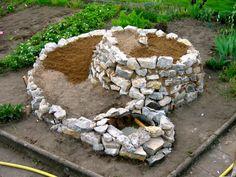 Půvaná kamenná spirála i se zabudovaným jezírkem.    (Zdroj obrázku: http://themicrogardener.com/4-step-guide-to-building-a-herb-spiral/)