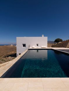 On our initial visits to Antiparos we gravitated to the site of Cliffhanger for its raw dramatic qualities. Due to its steep topography, the exposure to the strong northern wind and its frontal visual relationship to the sea, the plot gives the sensation