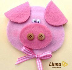 * Pig Crafts, Felt Crafts, Diy And Crafts, Crafts For Kids, Paper Crafts, Felt Christmas Decorations, Felt Christmas Ornaments, Christmas Crafts, Felt Patterns