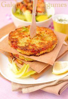 Galettes aux légumes râpés :  4 grosses pommes de terre 1 courgette 1 poivron rouge 1 échalote 1 cuill. à soupe de persil haché (ou deshydraté) 1 œuf 2 cuill. à soupe de farine Sel/poivre