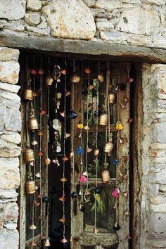 bastelideen selber machen dekoideen DIY IDeen bommel troddel glocken When considering to master bedroom design Cortina Boho, Boho Home, Gypsy Home Decor, Bohemian Decor, Modern Bohemian, Bohemian Crafts, Bohemian Living, Wind Chimes, Interior And Exterior