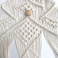 How to Macramé Christmas Tree Wall Hangings - Lynn Weasenforth - Ich Folge Wall Christmas Tree, Xmas Tree, Christmas Decorations, Macrame Wall Hanging Patterns, Macrame Patterns, Half Hitch Knot, Macrame Projects, Macrame Tutorial, Macrame Knots