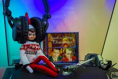 Jackie Loves Music - Jackie the House Elf jamming to Bing and Frank #ElfOnTheShelf #headphones #JackieTheHouseElf