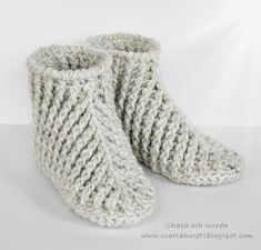 Crochet Slipper Boots, Crochet Shoes, Crochet Slippers, Hand Crochet, Knit Crochet, Baby Knitting Patterns, Knitting Socks, Diy And Crafts, Embroidery