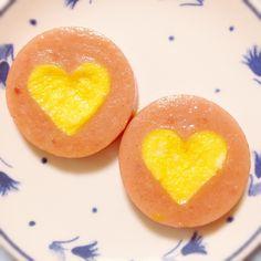 簡単で可愛いハートの型抜きソーセージ ✳︎ソーセージを好みの型で抜きます ✳︎型抜きした断面に小麦粉をつけます ✳︎フライパンにソーセージをのせたら、型抜きした穴に卵液を流します 後は焼くだけ(*^^*) あまり早くひっくり返すと固まっていない卵液が流れるので注意です
