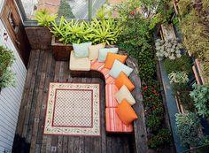 Os moradores da cobertura achavam que os 10 m² eram módicos demais. Mas a paisagista Susana Udler deu um jeito na área. A solução foi explorar as paredes, criando um jardim vertical incomum. Para esconder as vigas de concreto, ela usou placas de fibra de coco recheadas de ripsális.