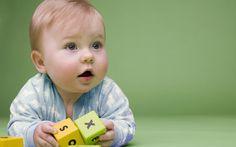 Bébé jouant avec des cubes