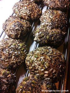 Langtidshævet grovboller med kerner Cooking Bread, Bread Baking, Food Plus, Danish Food, Stewart, Bread Bun, Fabulous Foods, Yummy Cakes, Baking Recipes