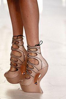 Paris Spring Summer 2012 Catwalk Shoes: bizarre, fetish-like shoe shape from Alexander McQueen. Alexander Mcqueen Schuhe, Alexandre Mcqueen, Funky Shoes, Crazy Shoes, Me Too Shoes, Weird Shoes, Pumps, Stilettos, High Heels