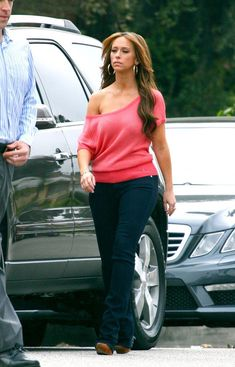 Jennifer Love Hewitt Photos Photos - Jennifer Love Hewitt stays glued to her cellphone between takes while shooting scenes for her Lifetime series 'The Client List.'. - Jennifer Love Hewitt Chats on Set